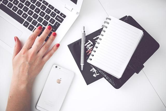 práce s počítačem i notesem
