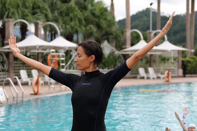 cvičení u bazénu