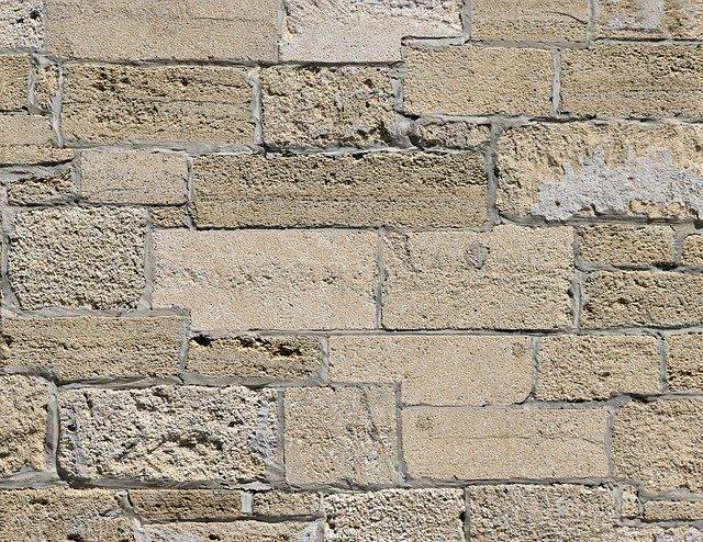 reliéf betonové zdi
